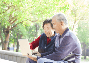 couple-looking-at-laptop-outside-image-from-shutterstock